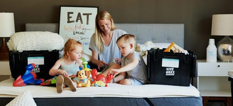 movers Stratham NH - a happy family